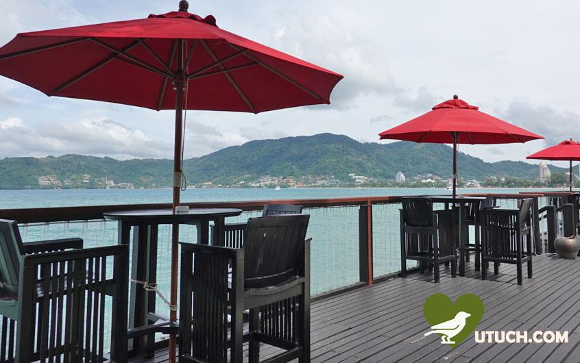 ห้องอาหารริมทะเล มีโต๊ะตั้งชิดกับทะเล ทำให้กินข้าวริมทะเลได้อย่างแท้จริง