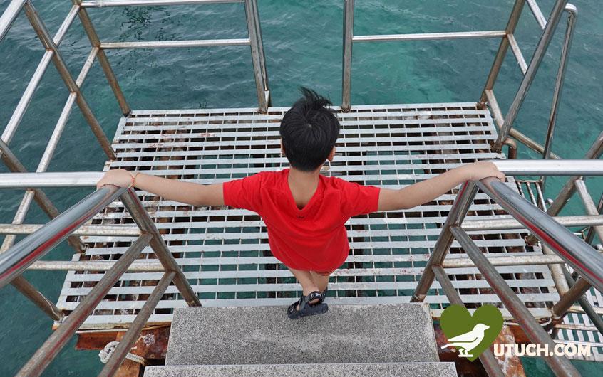 ที่ปลายสะพาน มีบันไดให้ลงไปดำน้ำดูปะการัง และเหล่าปลาตัวน้อยๆ ได้ด้วย